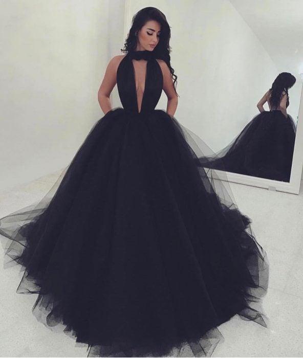 Chica usando un vestido de color negro con tul