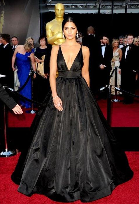 Chica usando un vestido de color negro con un escote palabra de honor