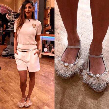 Conductora de univisión usando zapatos de piso con peluche
