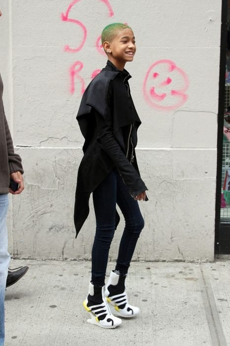 Willow Smith con unos zapatos blancos
