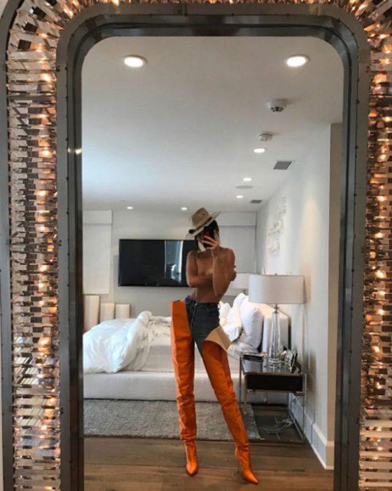 Kendall Jennar usando unas botas de color naranja