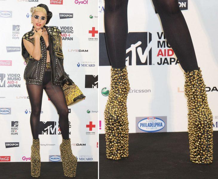Lady Gaga usando unas botas con estoperoles dorados