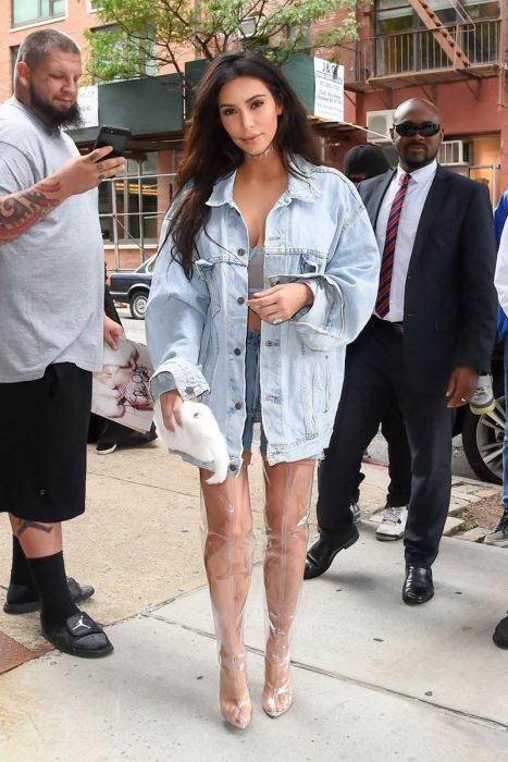 Kim Kardashian usando unas botas transparentes