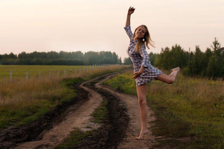 chica bailando en el campo