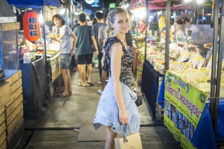 chica caminando por la calle de noche