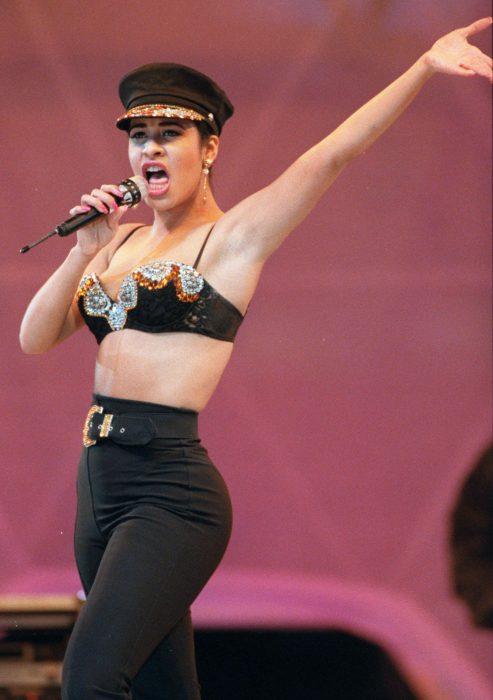 mujer con corp top y pantalon de cintura alta