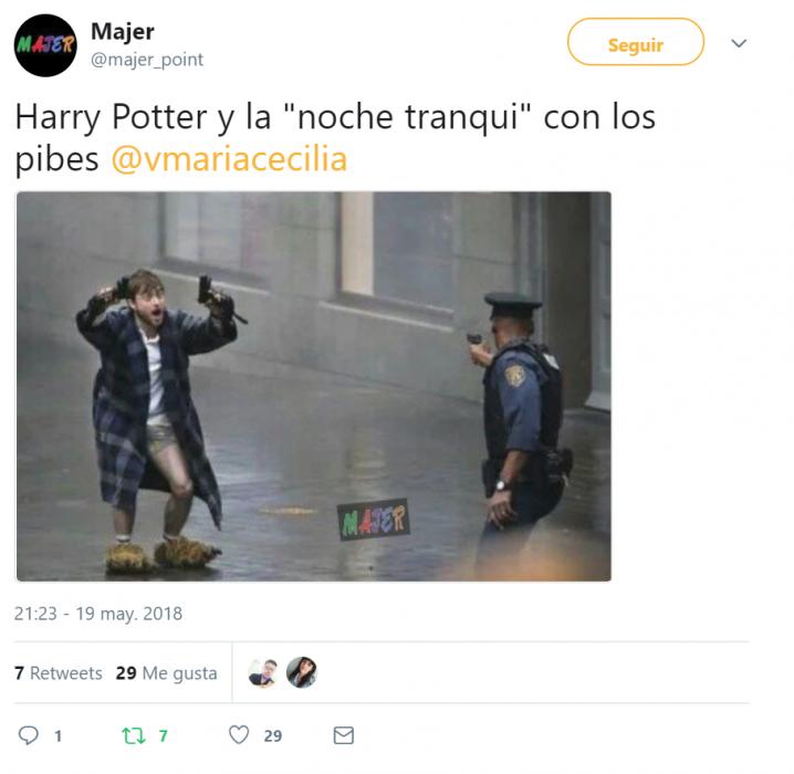 captura de pantalla twitter hombre con bata y pistolas