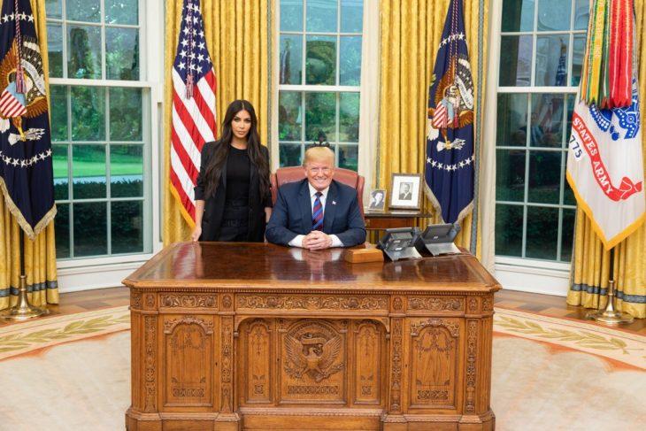 mujer vestida de negro junto a presidente