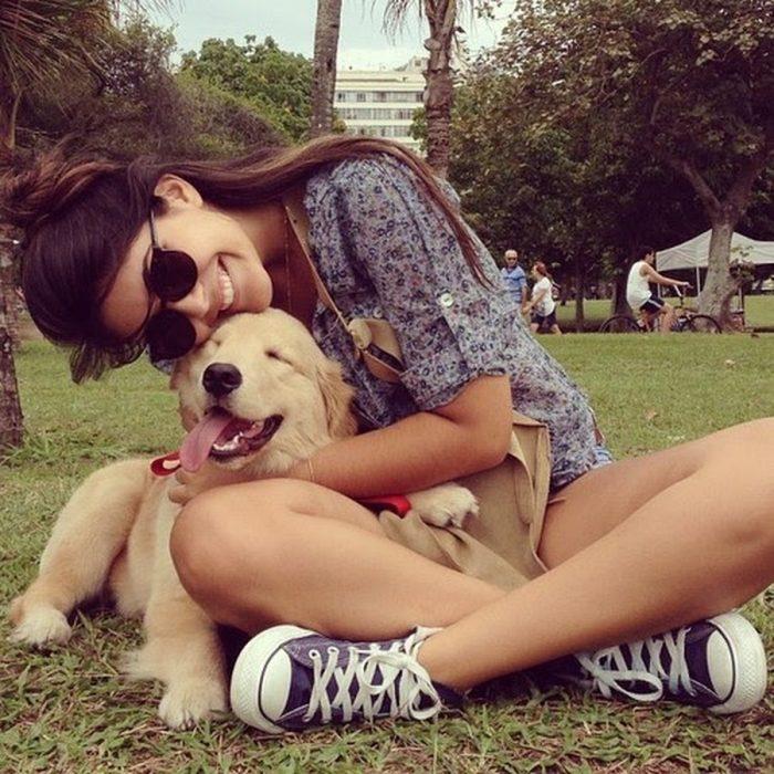 chica y su perro en el parque