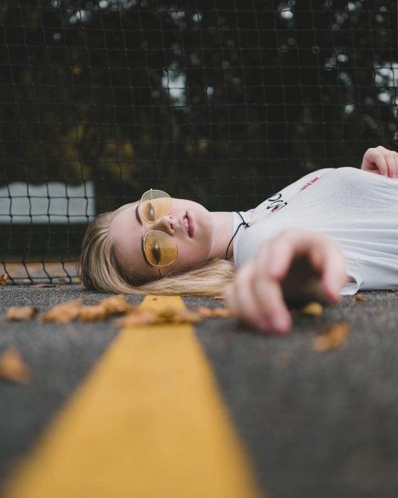 chica acostada en la calle