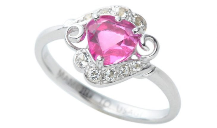 Anillo de piedra color rosa