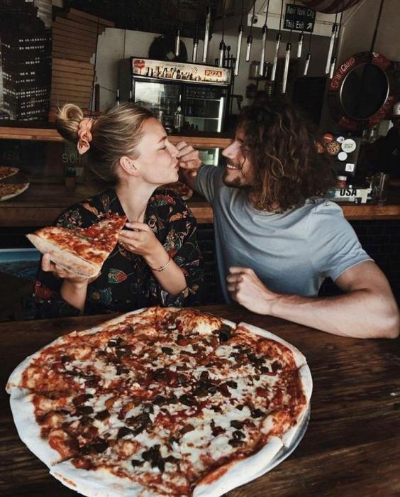 pareja de novios comiendo pizza