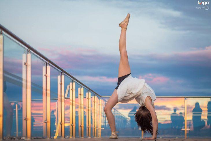 mujer de cabeza con pierna arriba bailarina