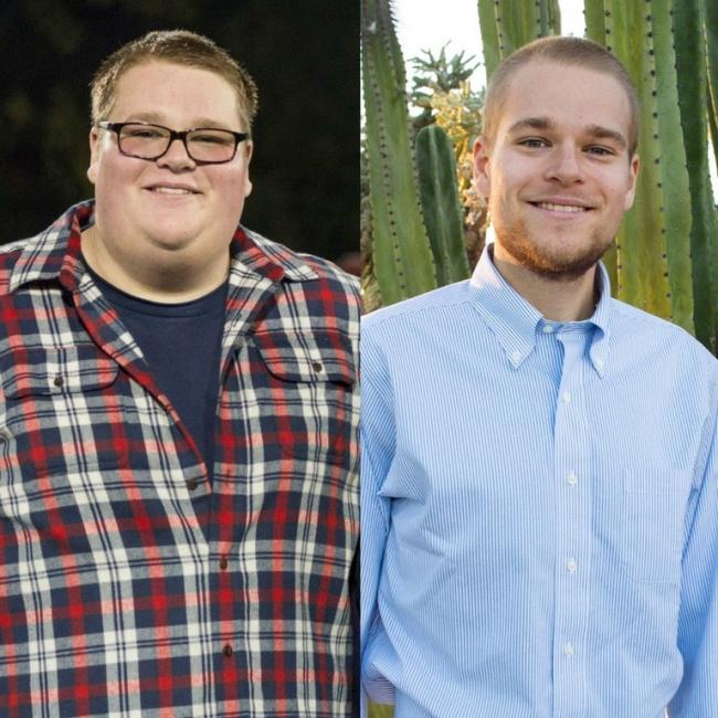 Hombre usando camisas a cuadros, sonriendo y mostrando sus fotos antes y después de bajar de peso