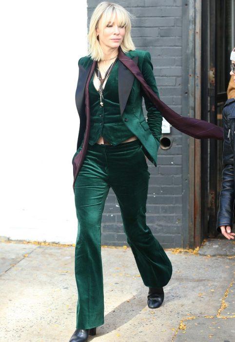 mujer con traje de terciopelo verde