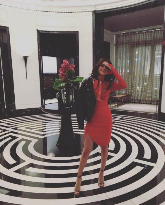 mujer con vestido rojo y chamarra roja