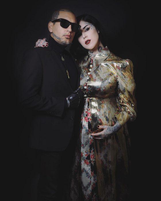 hombre con lentes y mujer embarazada