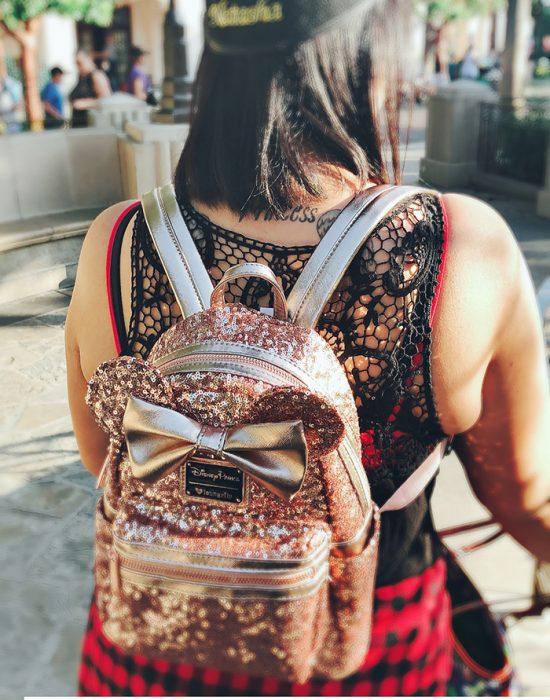mujer de espaldas usando mochila