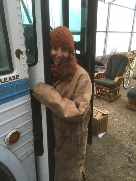 mujer con abrigo y gorro