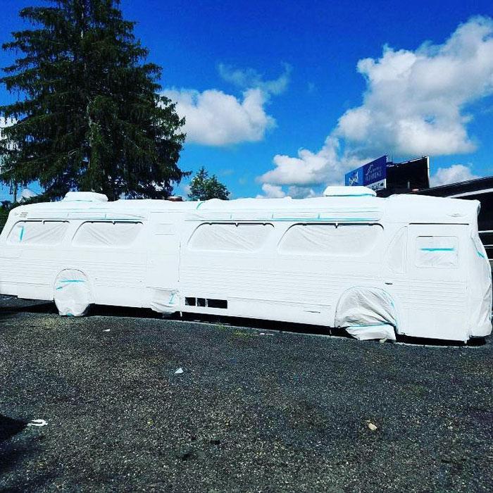 camión pintado de blanco