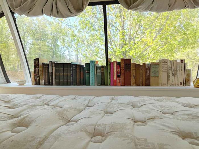 cama con una ventana y libros
