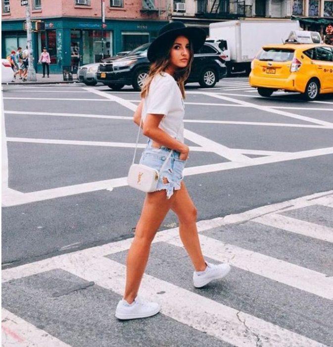 mujer caminando curzando la calle