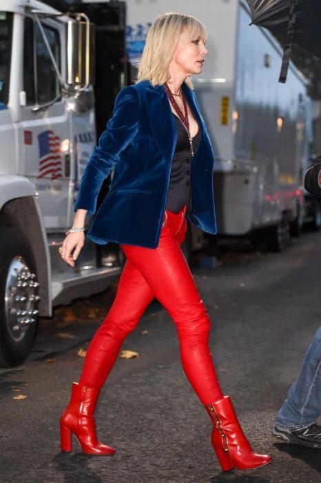 mujer rubia con pantalones rojos