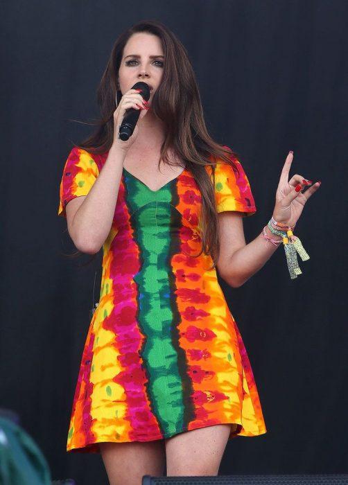 mujer con vestido corto de colores