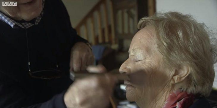 hombre maquillando a su esposa