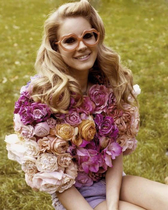 mujer con vestido rubio y flores