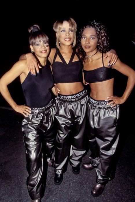 grupo de chicas con pantalones metálicos