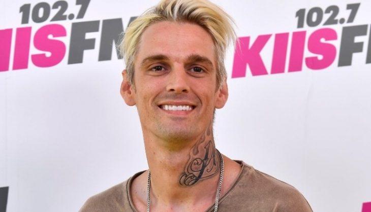 chico con tatuaje en el cuello