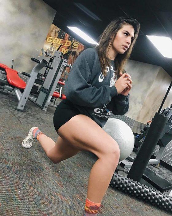 Chica haciendo su rutina de ejercicio para perder peso