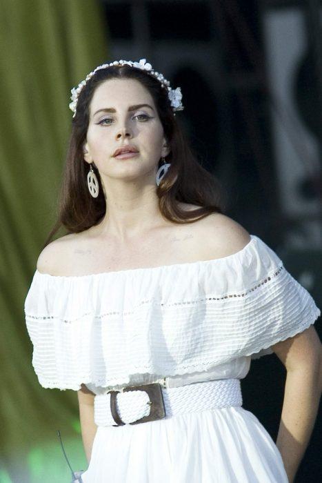 mujer con vestido blanco sin hombros