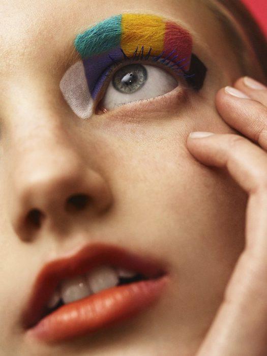 chica con rostro pintado de colores