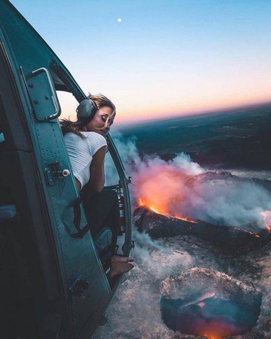 chica en un helicoptero