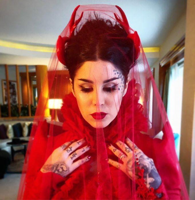 mujer con vestido y velo color rojo