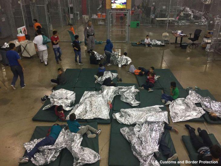 Niños en el suelo colchonetas y papel aluminio