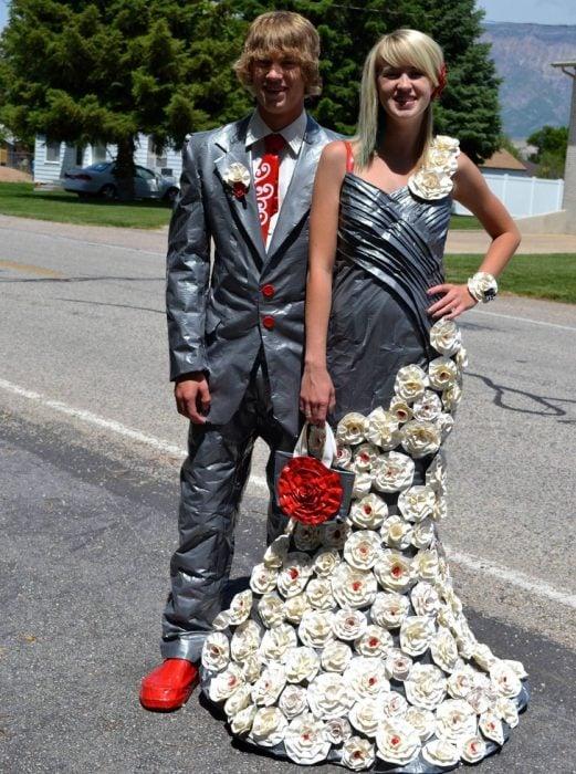 Chico usando un traje hecho con cinta adhesiva