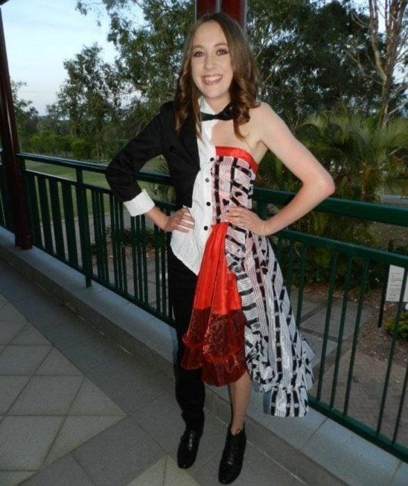 Chica usando un vestido en la mitad del cuerpo y en la otra un traje