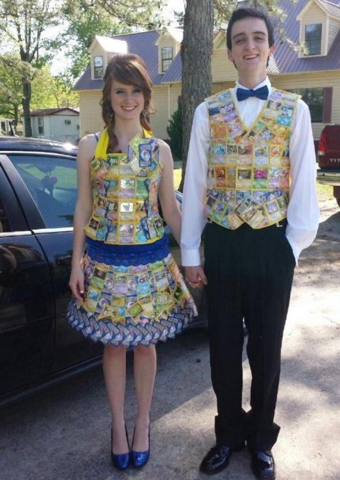 Pareja usando vestidos a juego hechos con cartas de Yu gi Oh