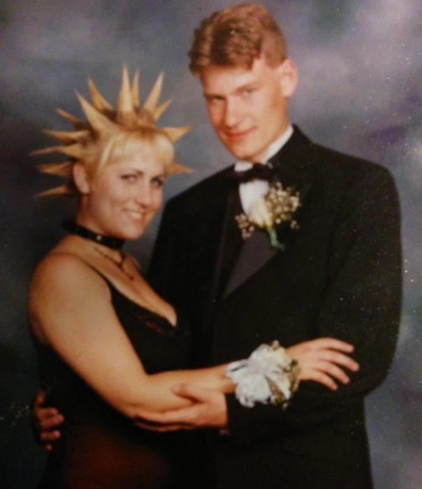 Pareja de baile usando el cabello con picos
