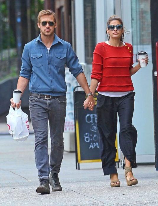 Eva mendez y ryan gosling caminando tomados de la mano