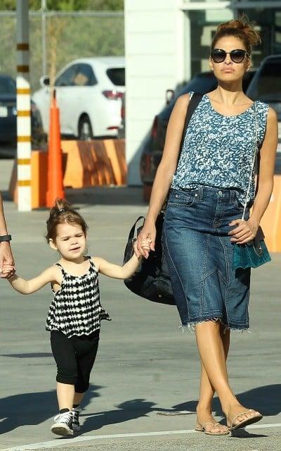 Eva mendes caminando de la mano de su hija