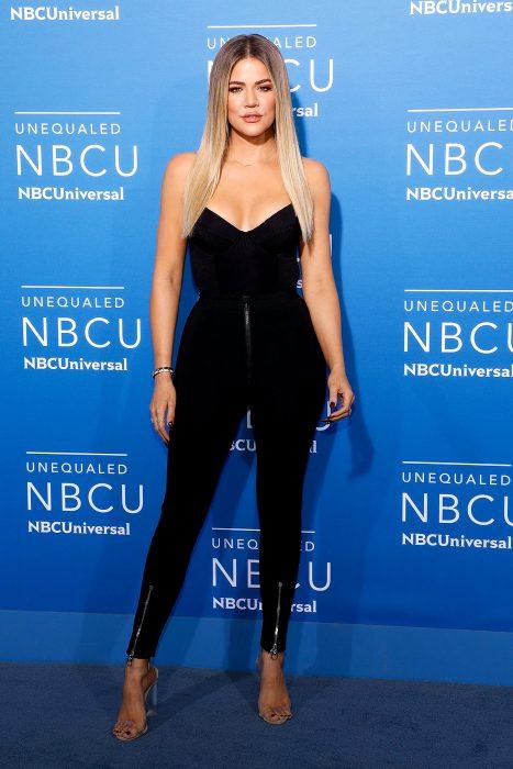 Khloe Kardashian con un jumpsuit negro