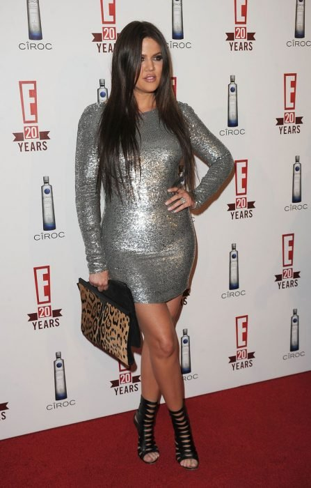 Khloe kardashian usando un vestido plateado