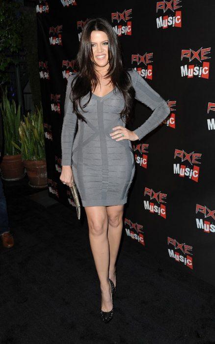 Khloe kardashian usando u nvestido gris plateado