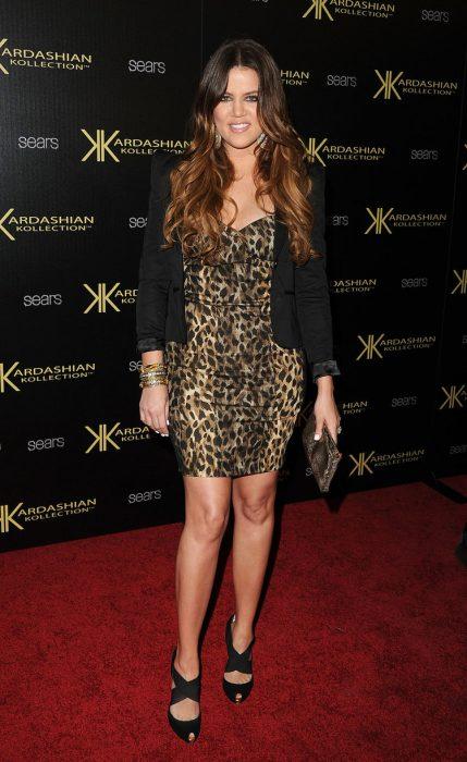 Khloe Kardashian usando un vestido de cebra y blazer negro