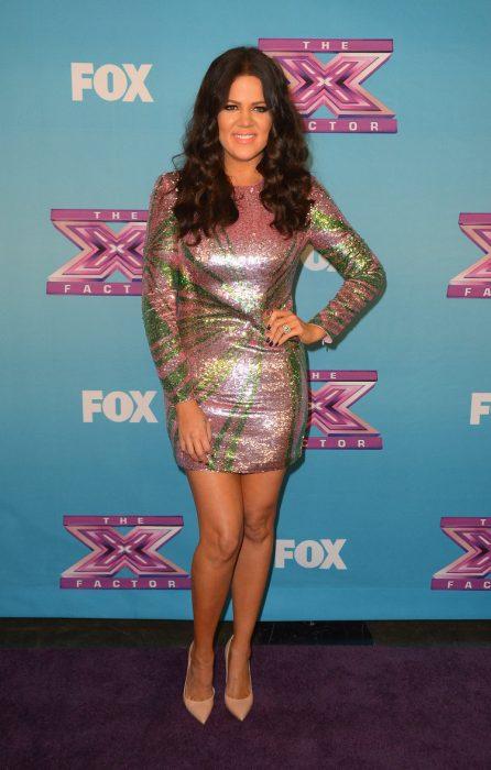 Khloe Kardashian usando un vestido de colores brillantes
