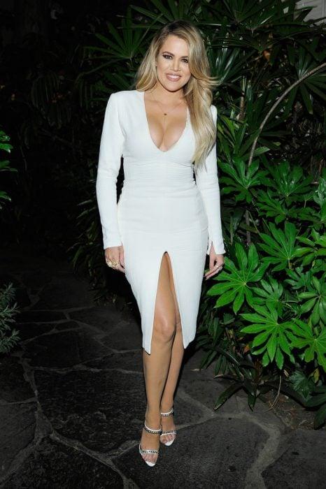 Khloe Kardashian usando un vestido de color blanco